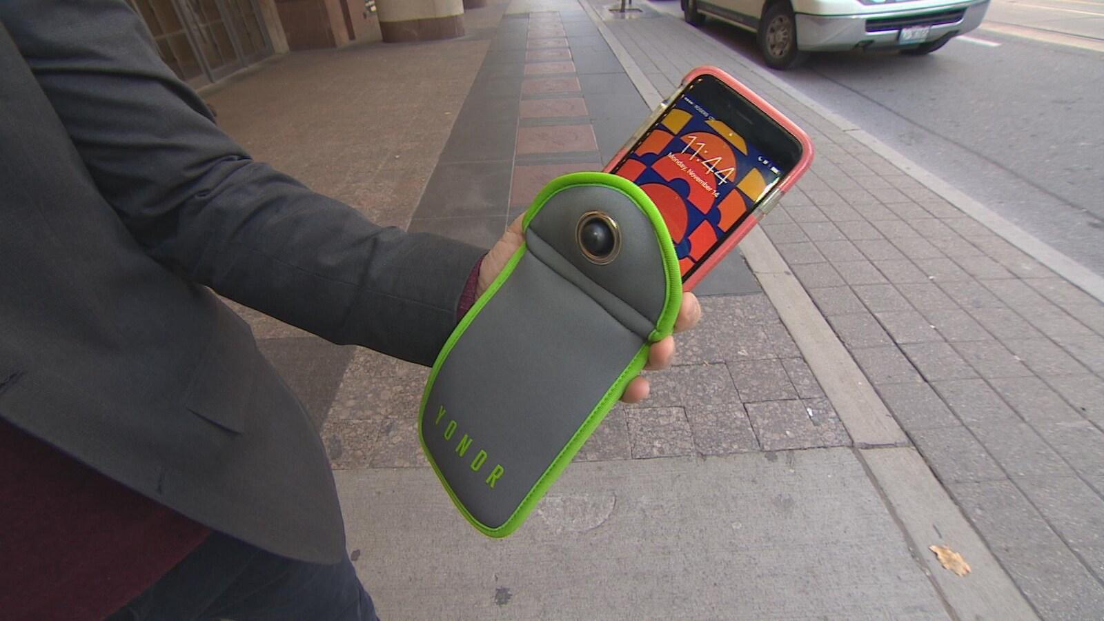 Un téléphone intelligent est glissé à l'intérieur d'une pochette Yondr.