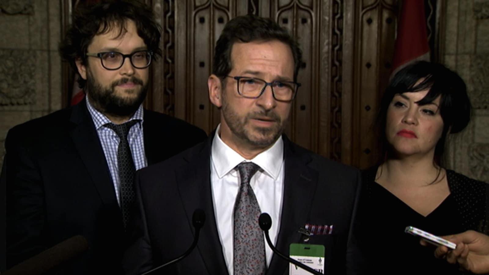 Yves-François Blanchet en conférence de presse, avec à ses côtés les députés bloquistes Gabriel Ste-Marie et Marilène Gill.