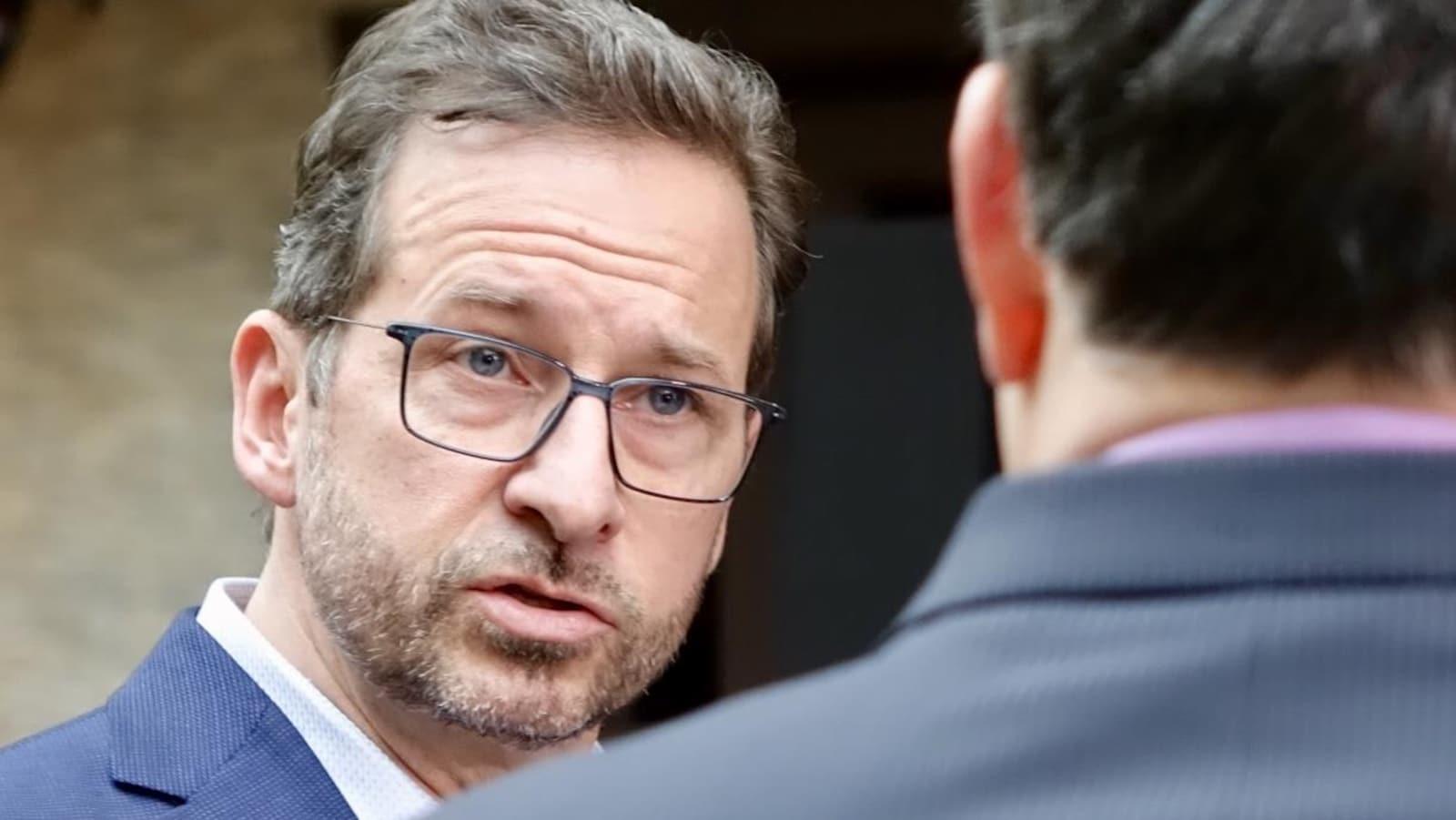 Yves-François Blanchet s'entretient avec un homme.