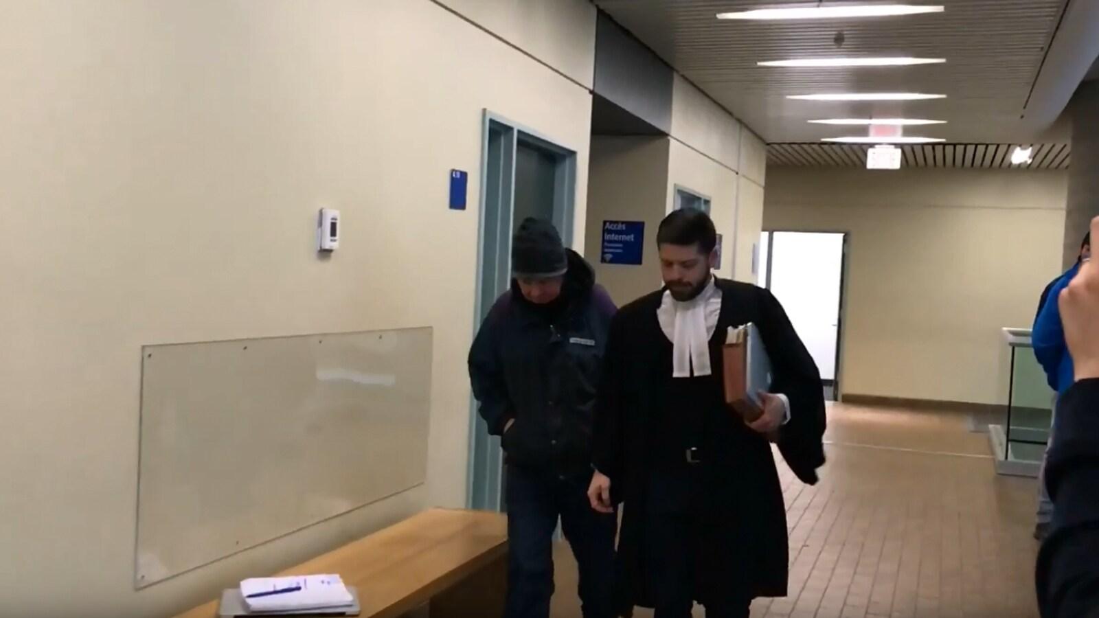 Yves Leclerc en compagnie de son avocat au palais de justice de Québec.