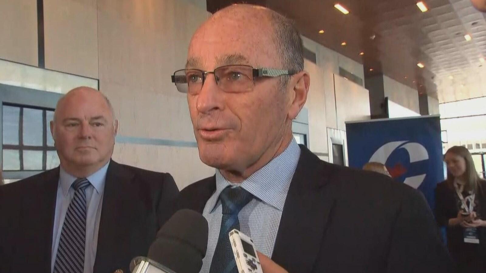 Yves Lévesque s'adresse aux journalistes.