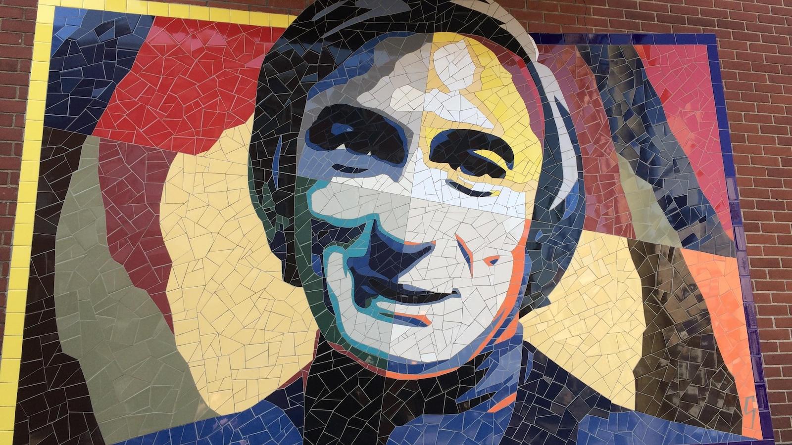À l'angle de la rue Ontario Est et Alexandre DeSève, on trouve la murale représentant Yvon Deschamps.