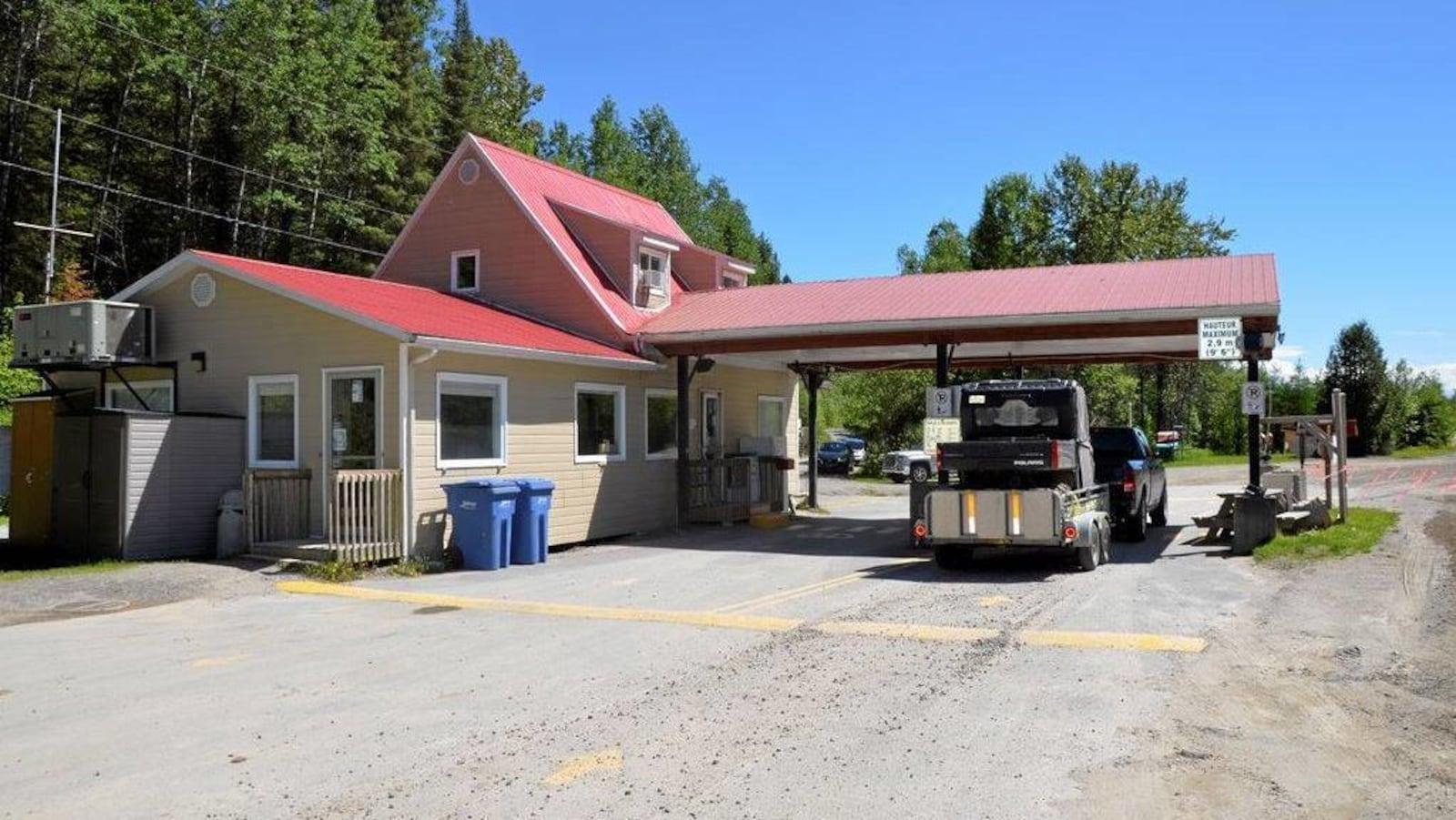 Un poste d'accueil où les automobilistes doivent s'enregistrer avant d'aller plus loin dans la zone d'exploitation contrôlée.