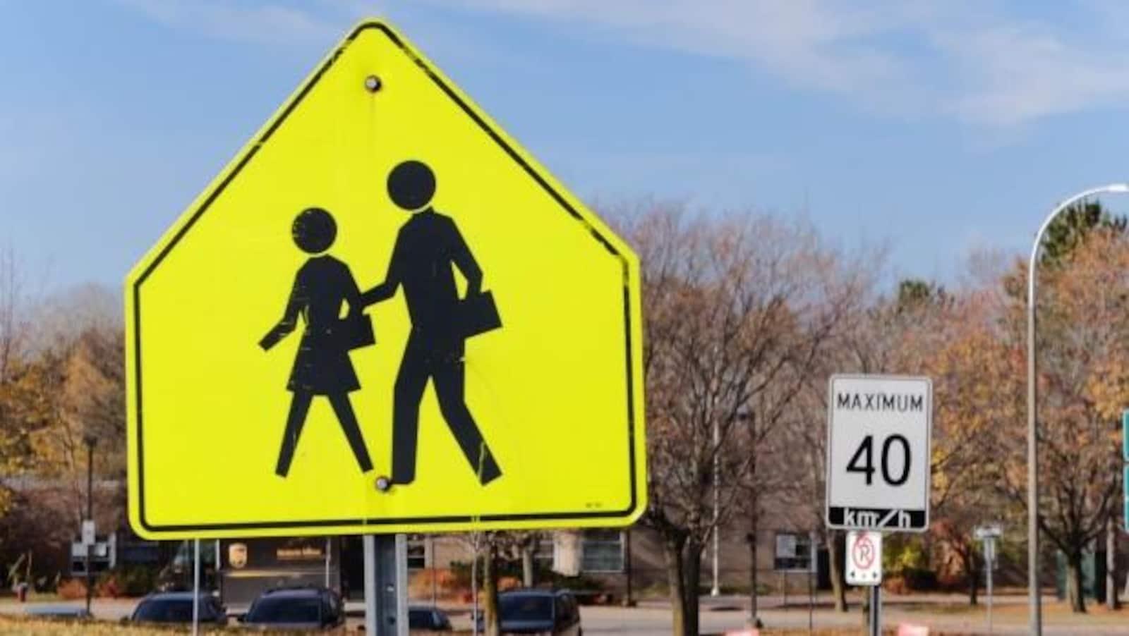 Des affiches annonçant une zone scolaire et une limite de vitesse de 40 km/h