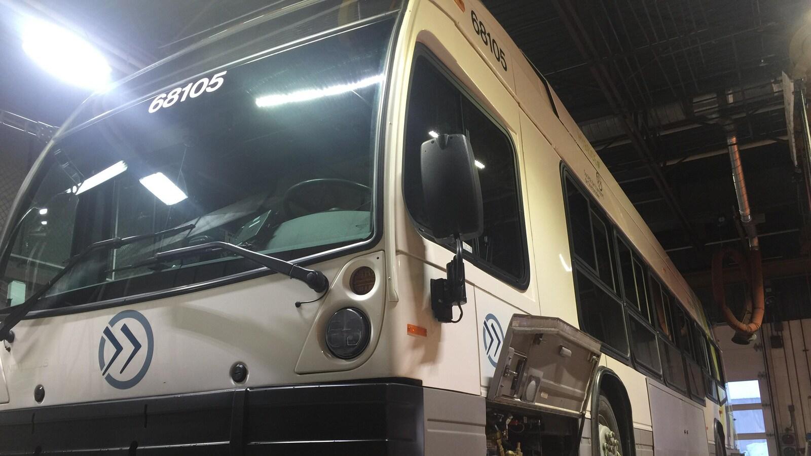 Un autobus de la STS, de type hybride Nova Bus, immobilisé pour inspection mécanique.
