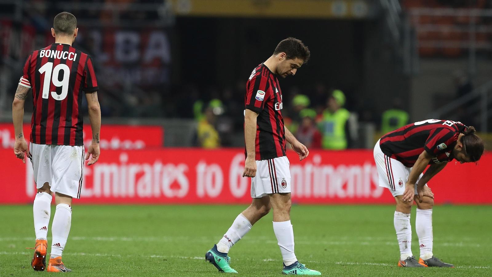 Leonardo Bonucci, Giacomo Bonaventura et Ricardo Rodriguez sont tristes sur le terrain.