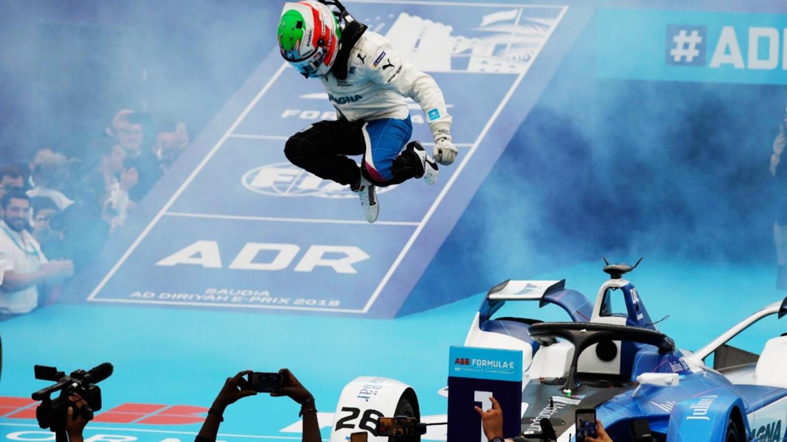 Antonio Félix da Costa saute de joie en sortant de sa voiture, après sa victoire.