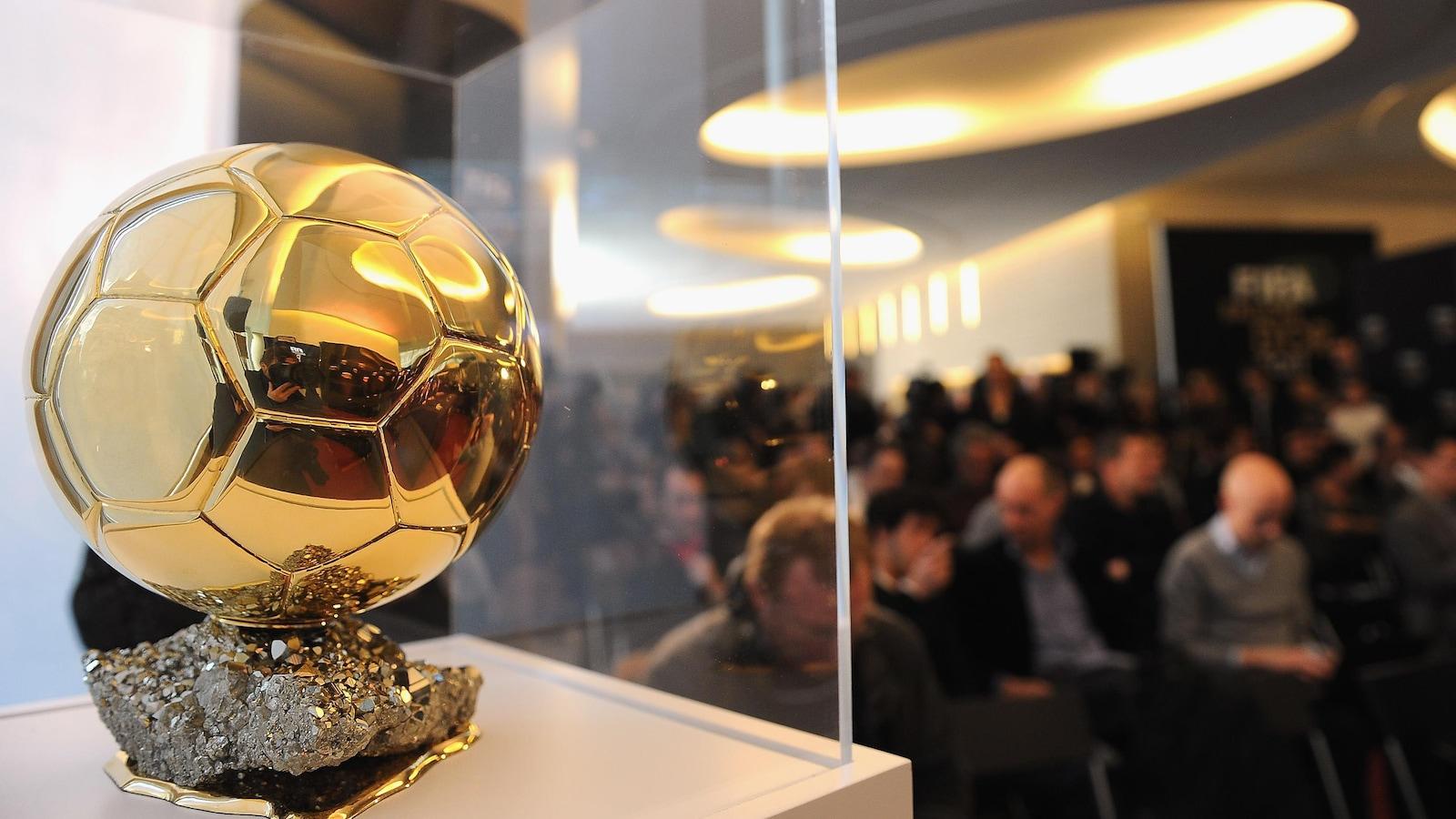 Le Ballon d'or dans un présentoir, pendant une conférence de presse