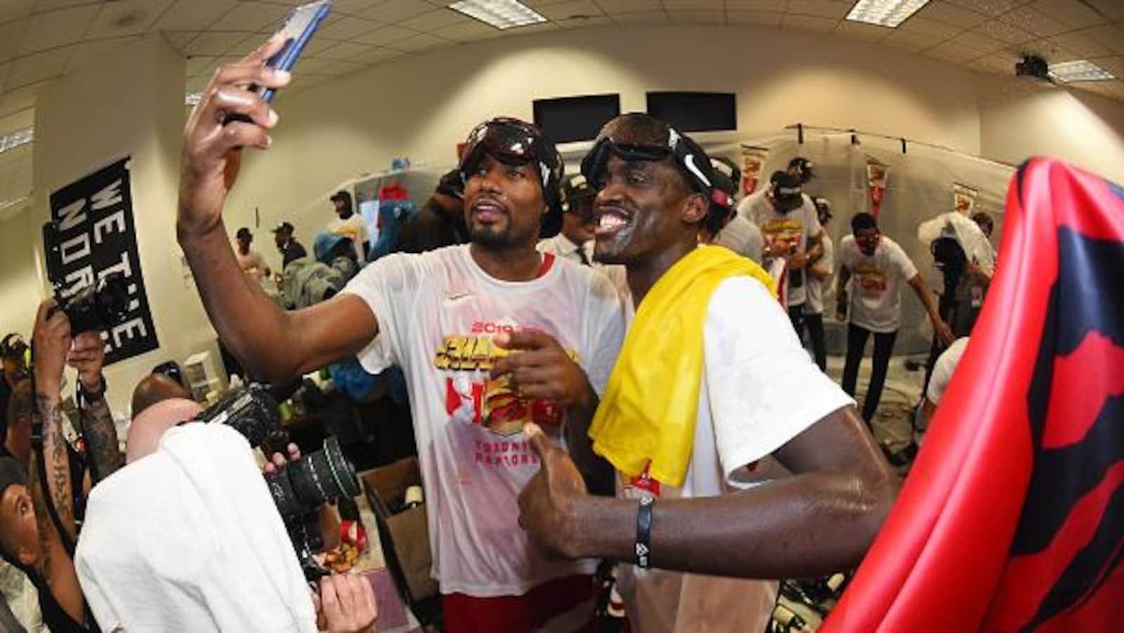 Serge Ibaka et Pascal Siakam immortalisent leur conquête du titre de la NBA dans le vestiaire des Raptors, à Oakland