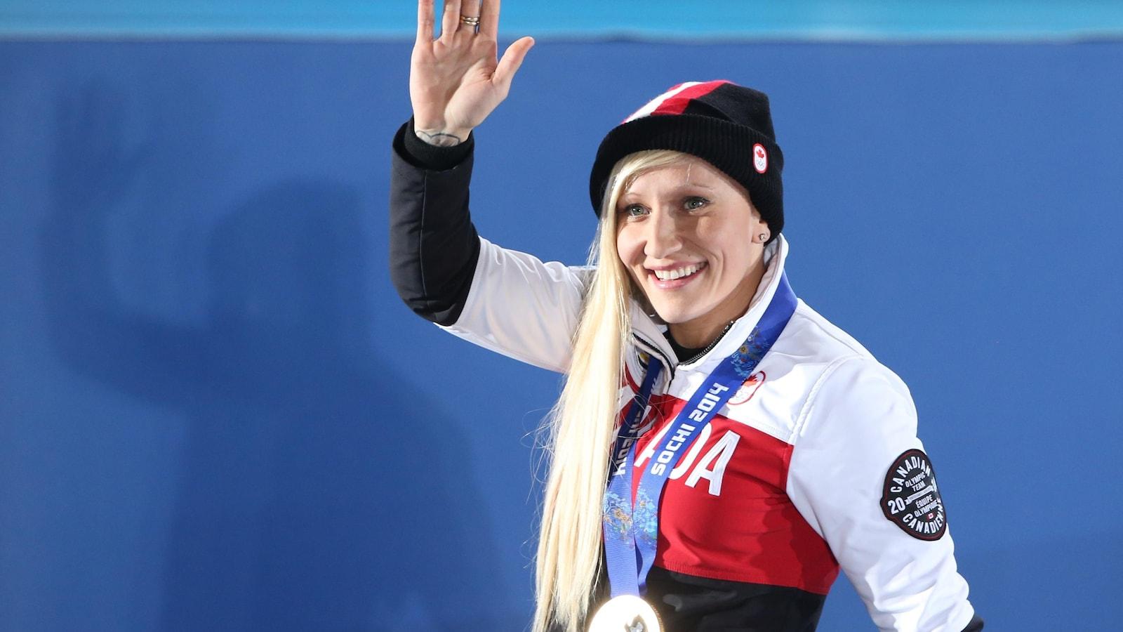 La Canadienne Kaillie Humphries salue la foule après avoir recu sa médaille d'or aux Jeux olympiques de Sotchi, en 2014.
