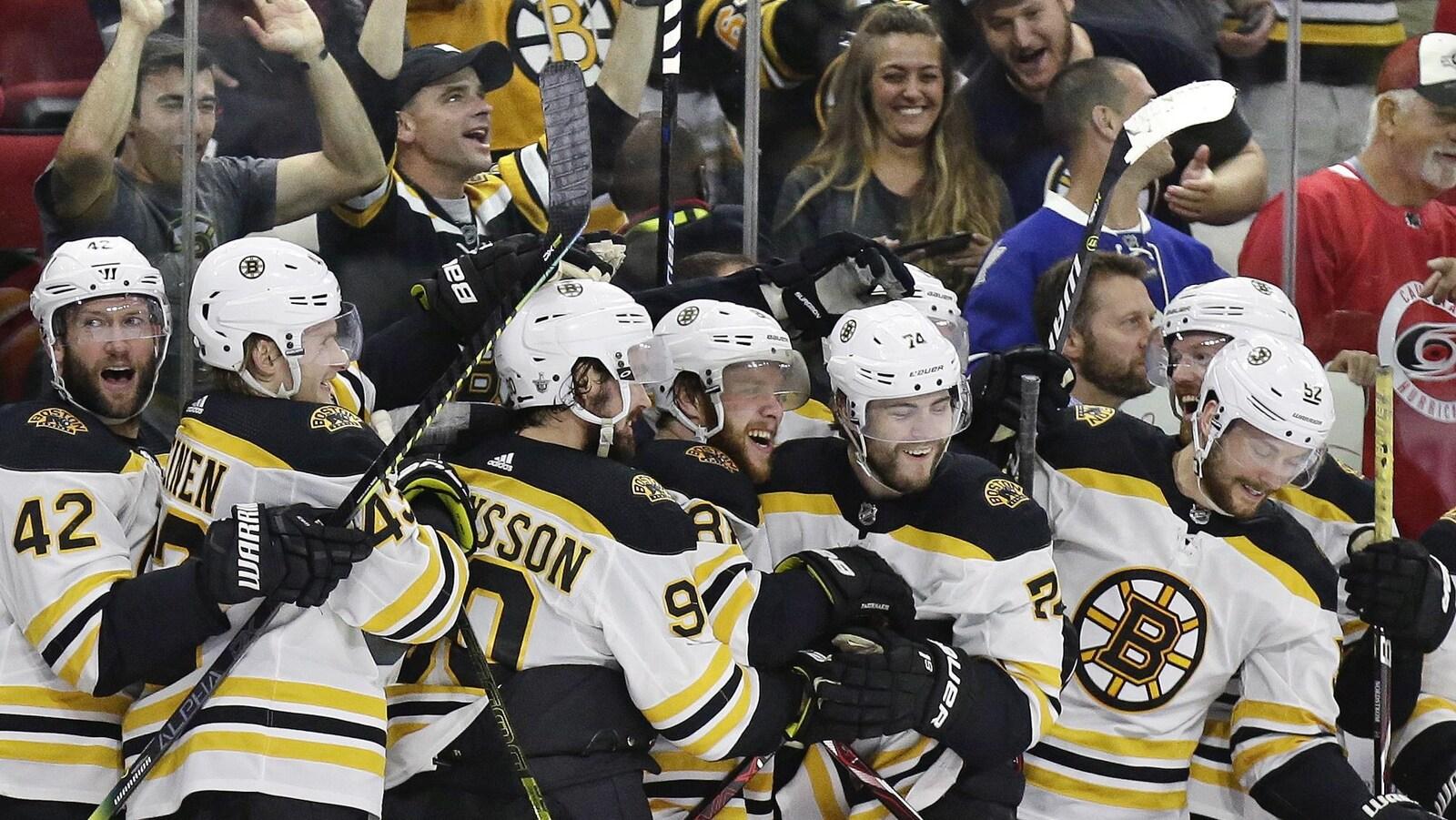 Les joueurs des Bruins célèbrent leur victoire à la fin du quatrième match de la finale de l'Association de l'Est face aux Hurricanes de la Caroline
