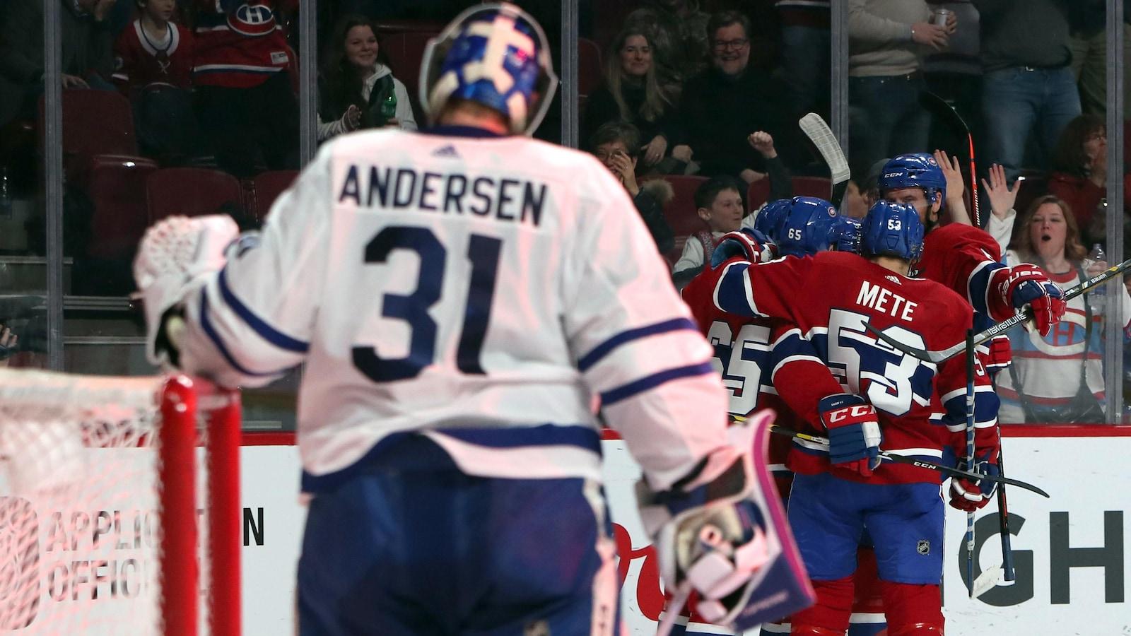 Les joueurs du Canadien célèbrent un but devant le gardien Frederik Andersen.