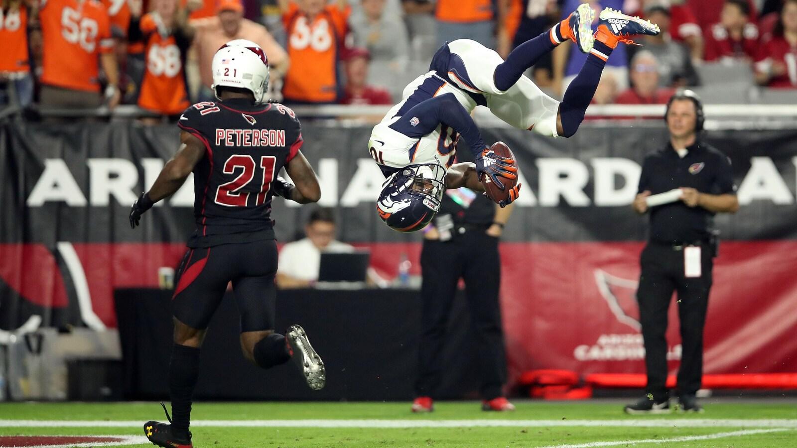 Le joueur des Broncos fait un périlleux avant dans la zone des buts après avoir marqué un touché contre les Cardinals.