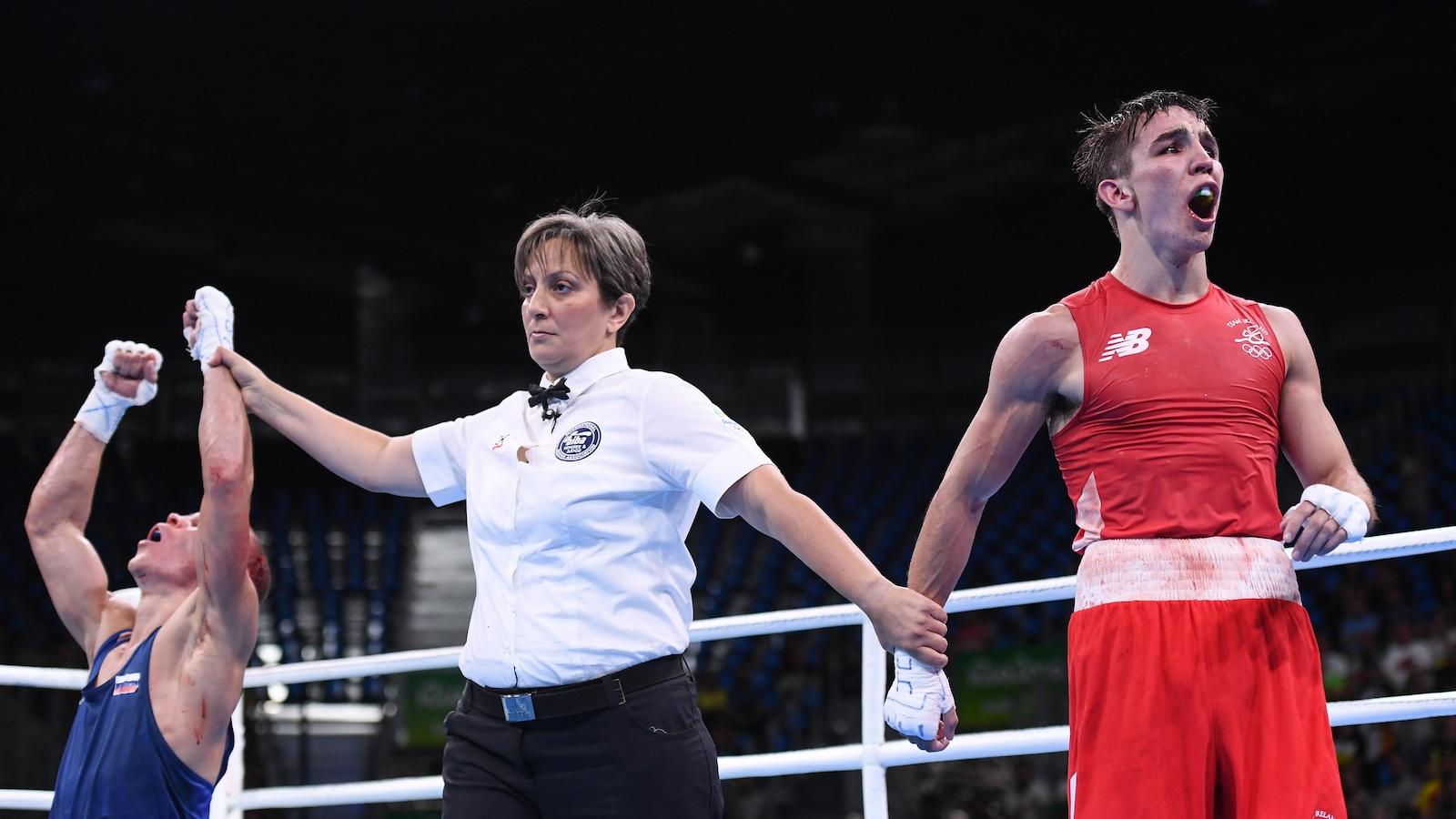 L'arbitre lève le bras du Russe Vladimir Nikitin à la stupéfaction de l'Irlandais Michael Conlan.