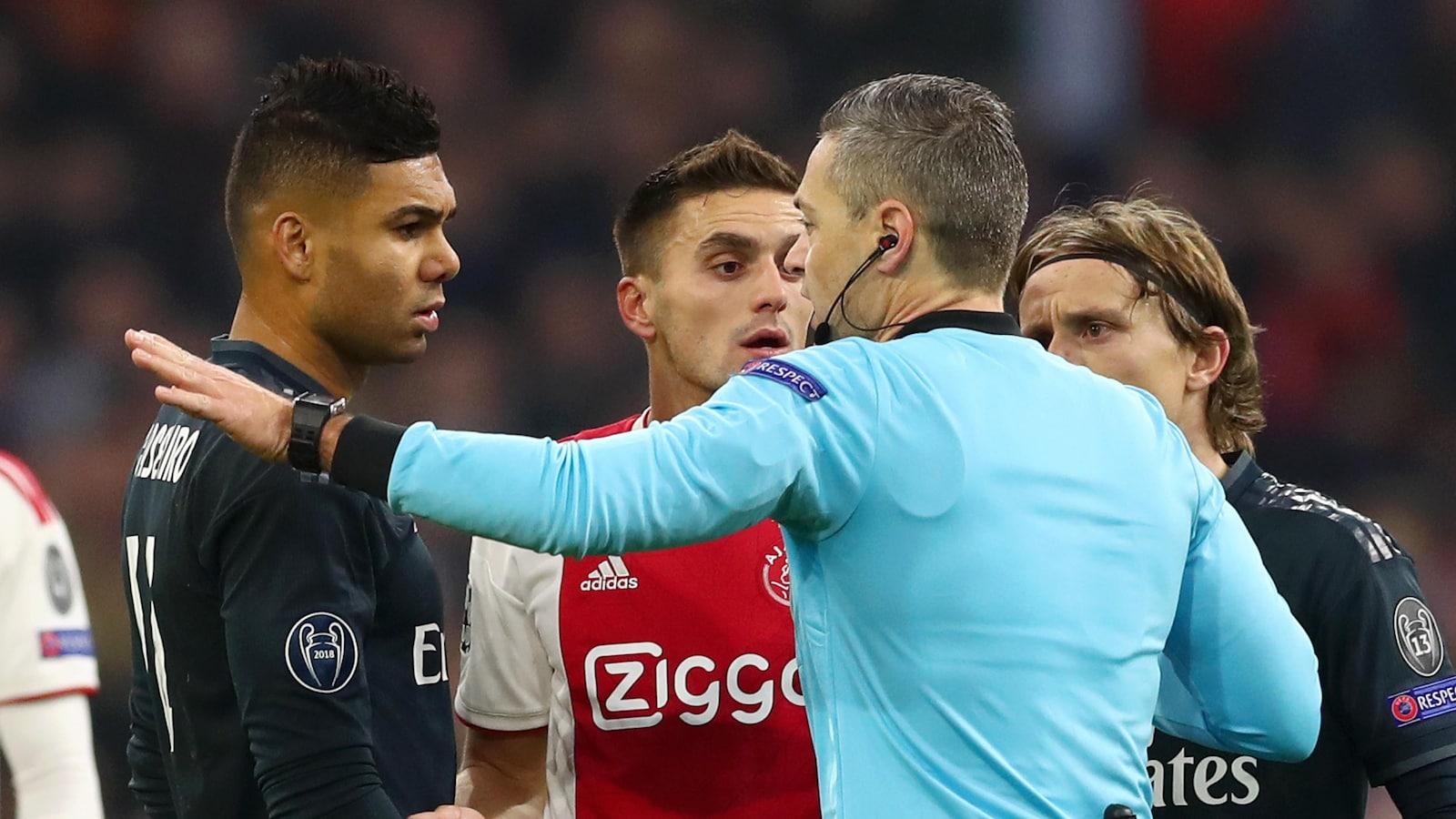 L'arbitre Damir Skomina (à droite) s'entretient avec les joueurs du Real Madrid et de l'Ajax.