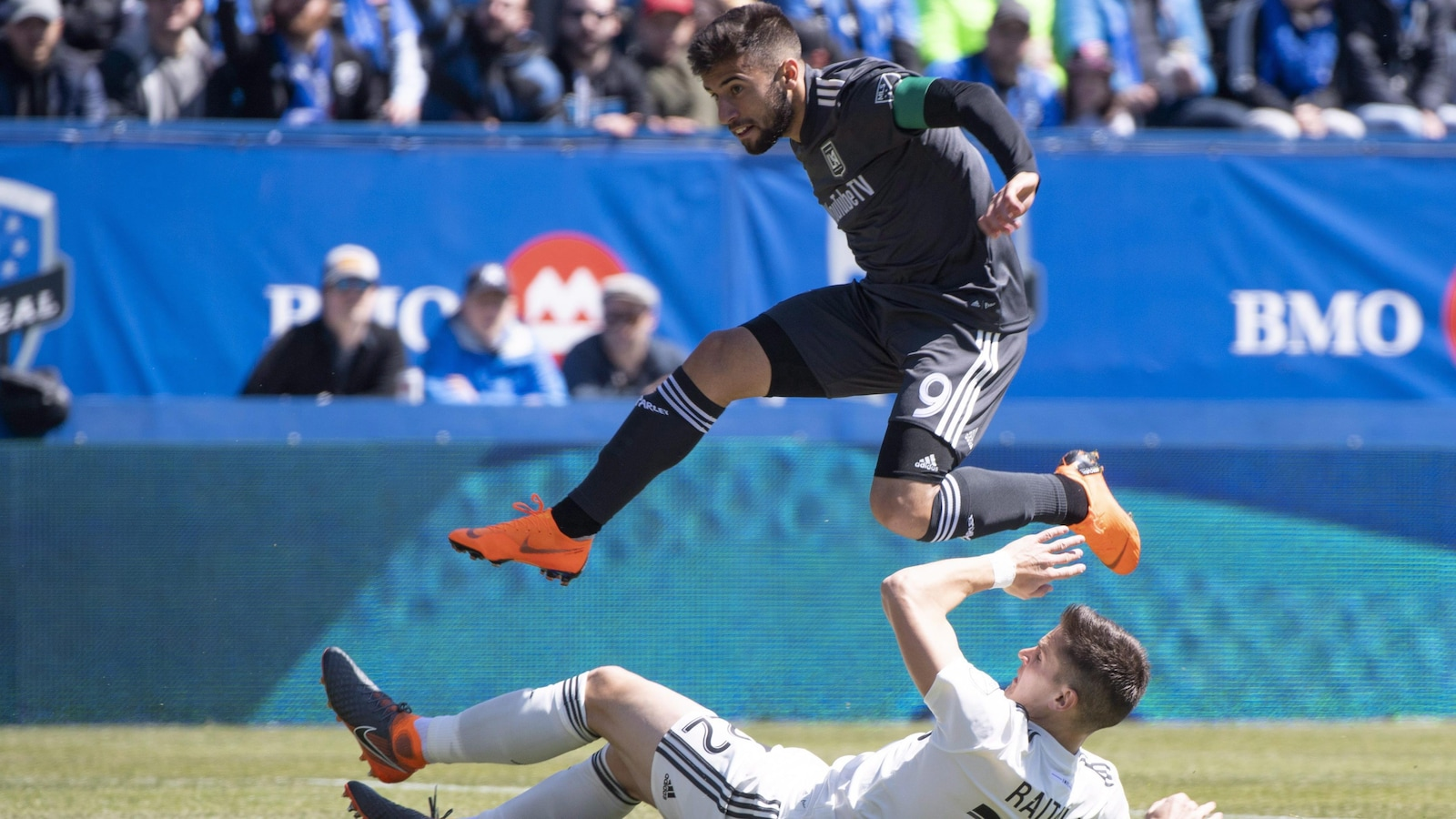 Diego Rossi, du Los Angeles FC, saute par-dessus Jukka Raitala.