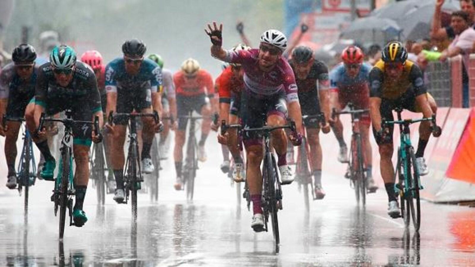 Elia Viviani s'impose sous la pluie lors de la 17e étape du Tour d'Italie.