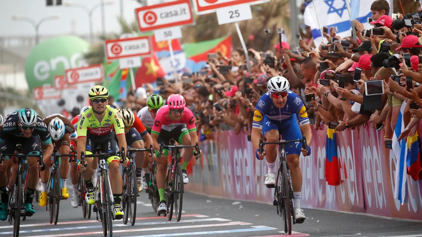 Elia Viviani, à droite, termine premier de la deuxième étape du Giro, une course de 167 kilomètres entre Haïfa et Tel Aviv.