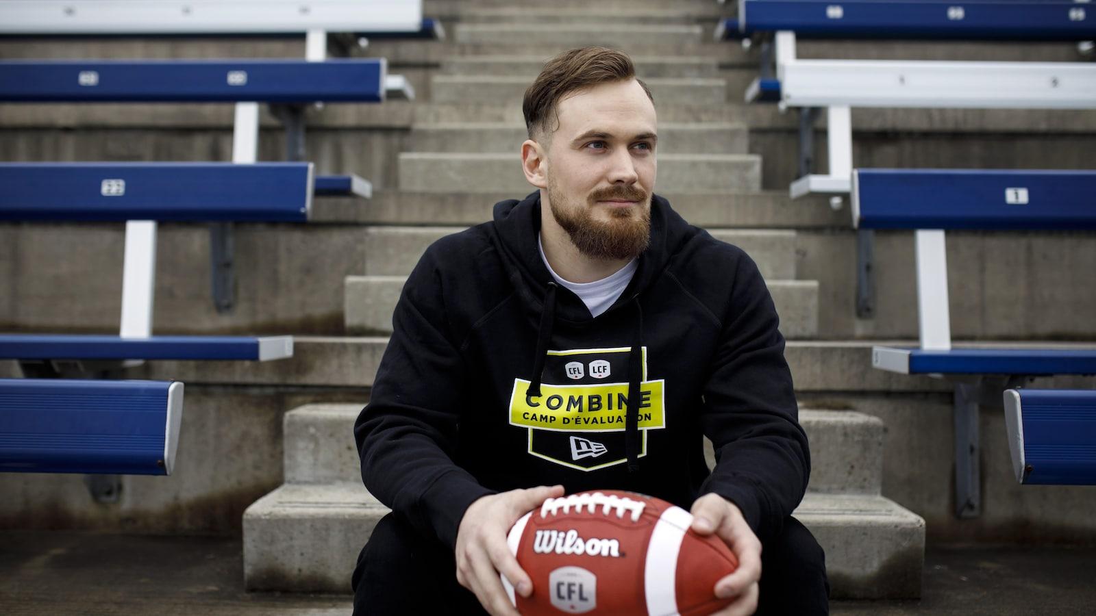 Frederik Myrup Nielsen pavec un ballon dans ses mains