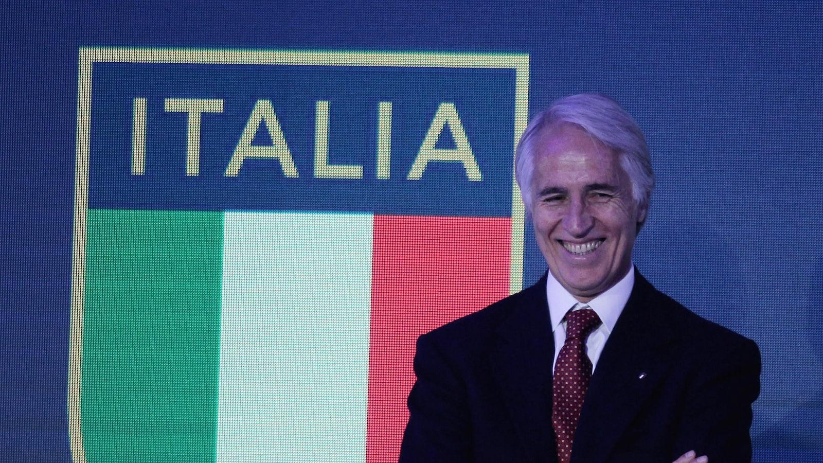 Lors d'un événement en décembre 2017, il pose devant le drapeau italien.