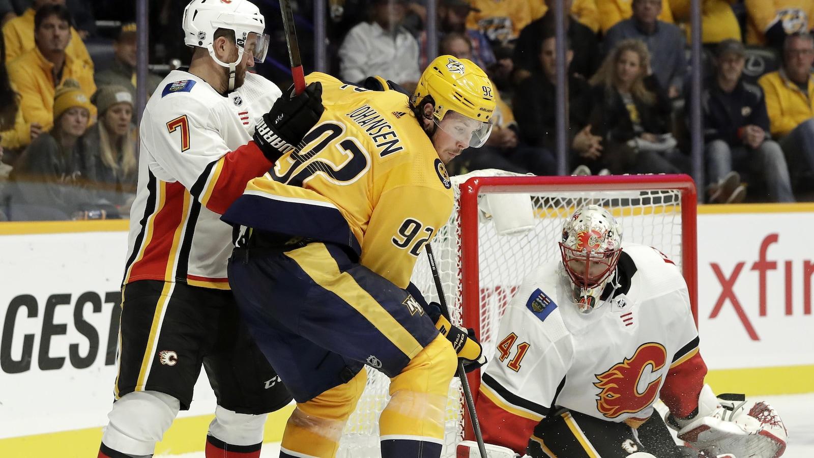 Le gardien des Flames bloque le tire de Ryan Johansen, des Predators.
