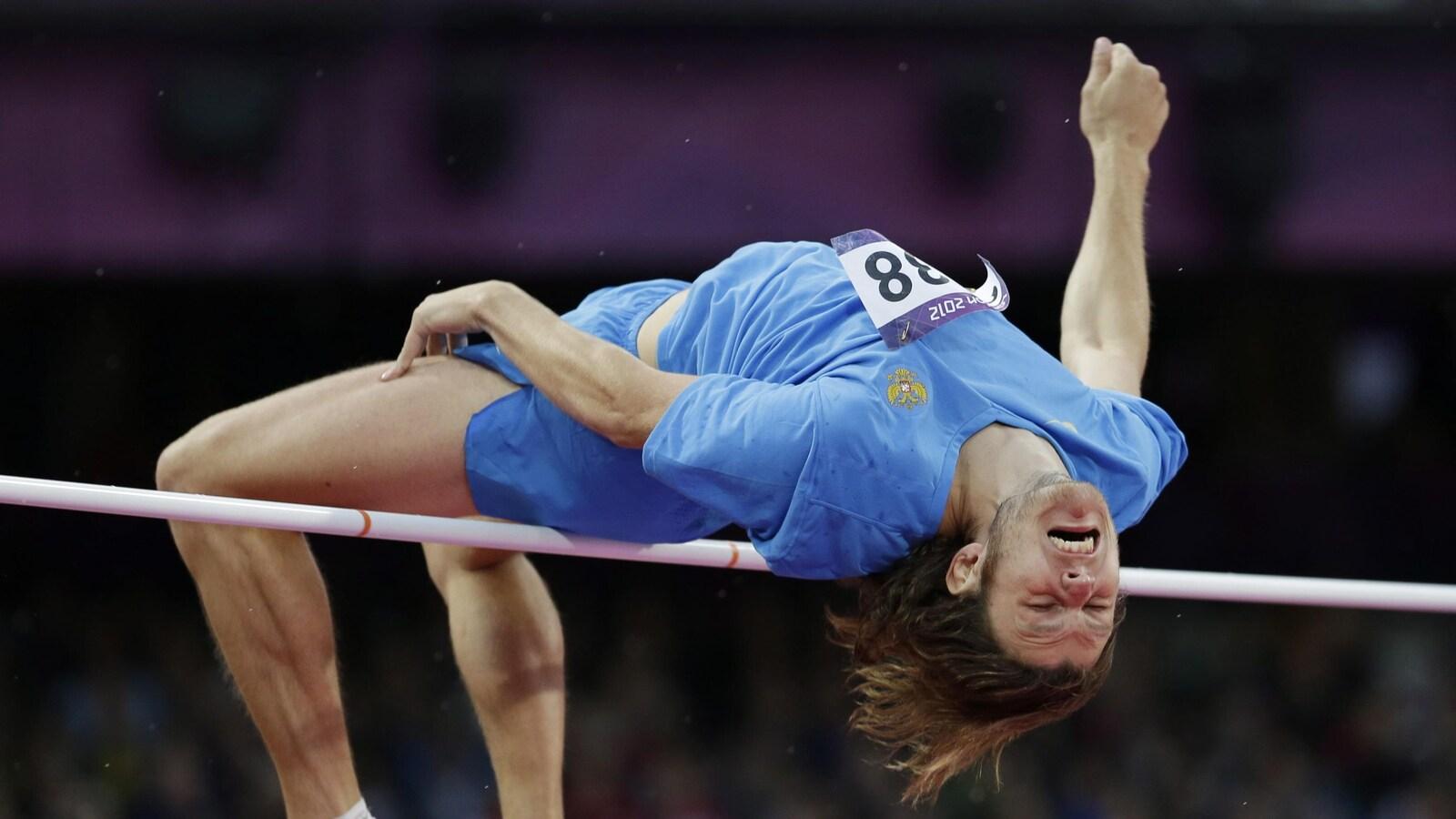 Ivan Ukhov franchit la barre pendant l'épreuve de saut en hauteur aux Jeux olympiques de Londres en 2012.