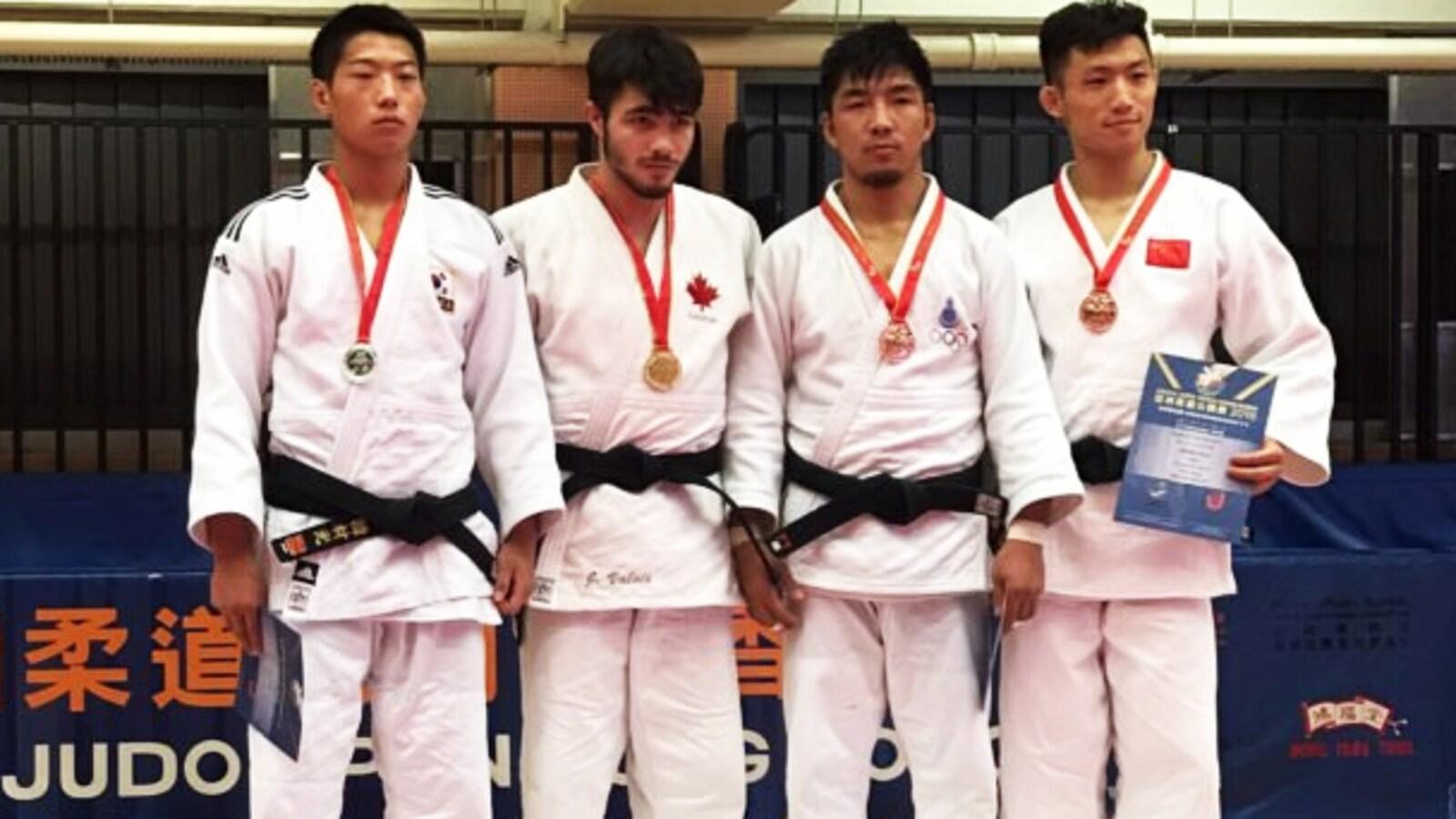 Jacob Valois (avec la feuille d'érable), champion à Hong Kong