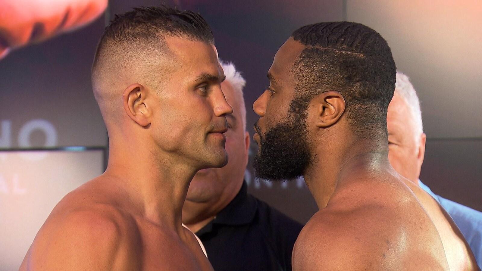 Steve Bossé (à gauche) et Jean Pascal (à droite) face à face à la pesée officielle