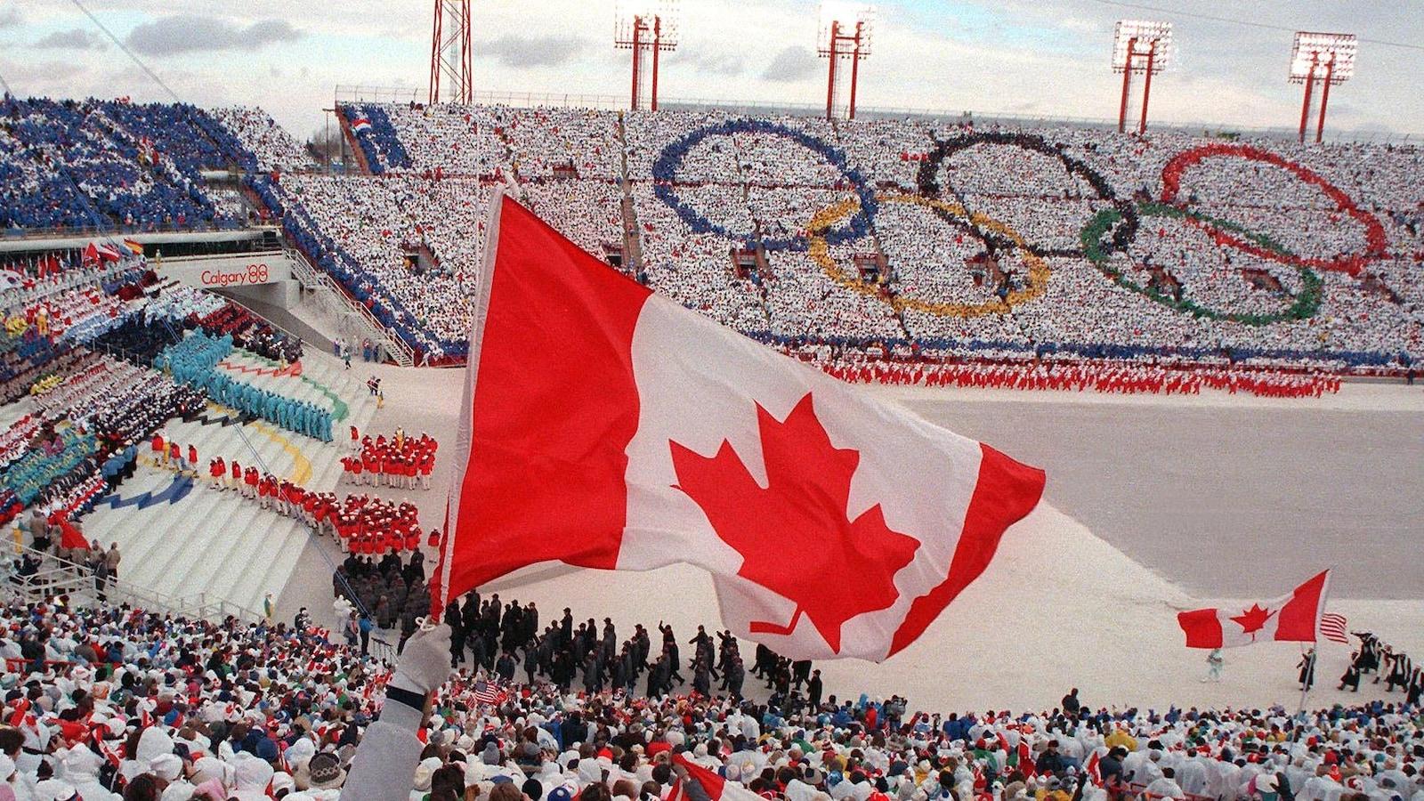 Un immense drapeau canadien pendant la cérémonie d'ouverture.