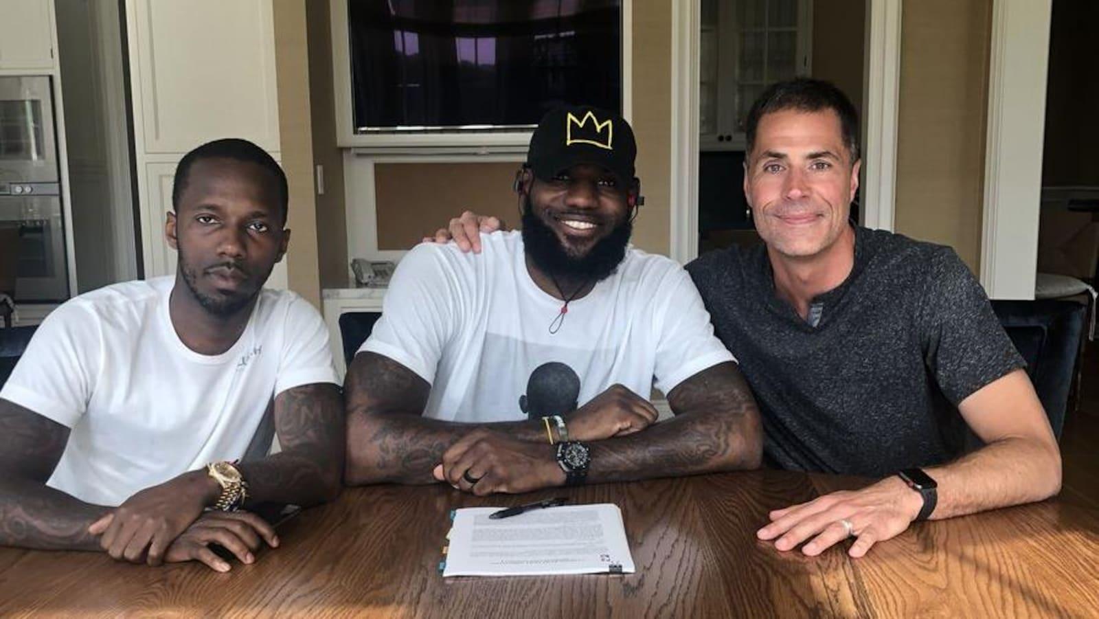 LeBron James (au centre) signe son contrat avec les Lakers de Los Angeles.