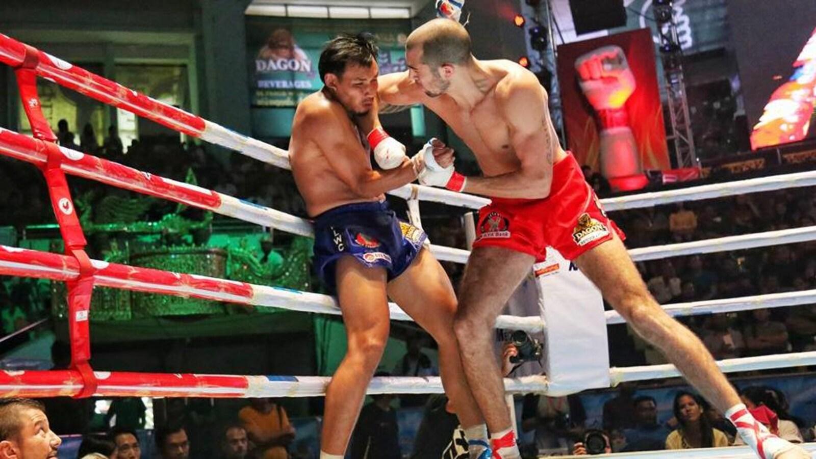 Dave Leduc applique un violent coup de coude au visage de son adversaire lors d'un combat.