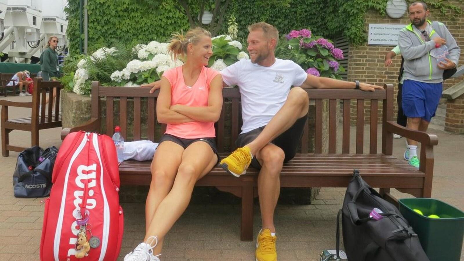 Ils se regardent assis sur un banc.