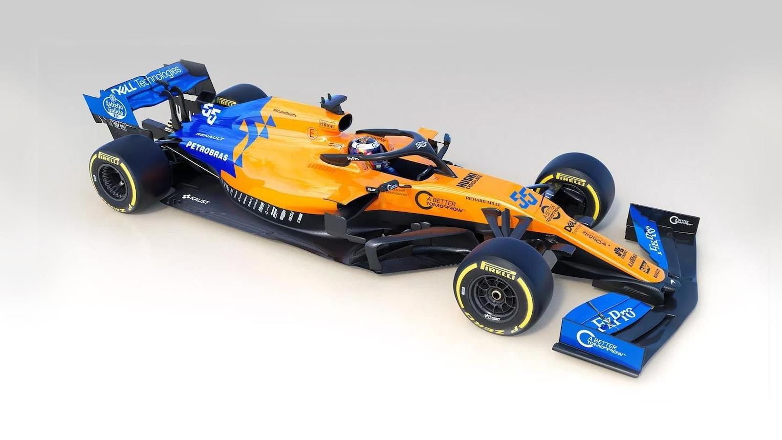 La voiture a des couleurs orange et bleu.