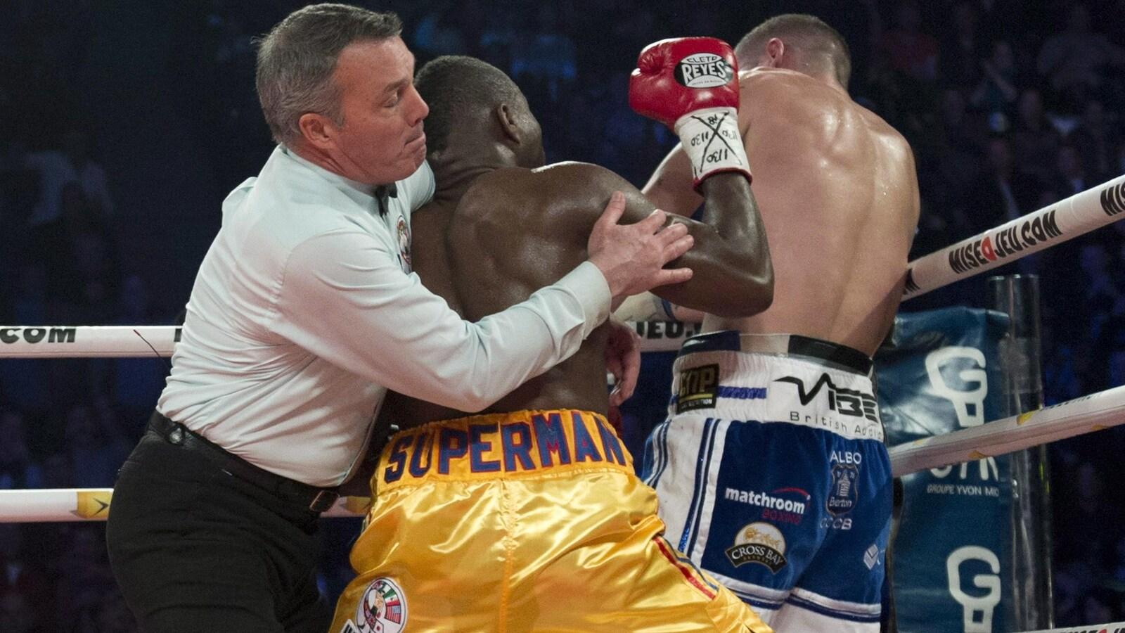 Il empêche Stevenson de lancer un autre coup.