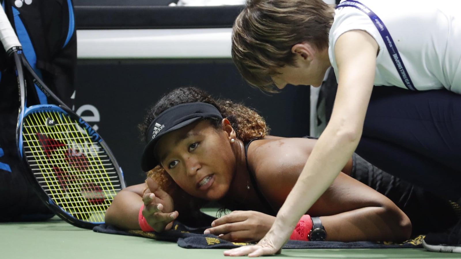 Naomi Osaka reçoit les soins de la physiothérapeute au milieu de la première manche