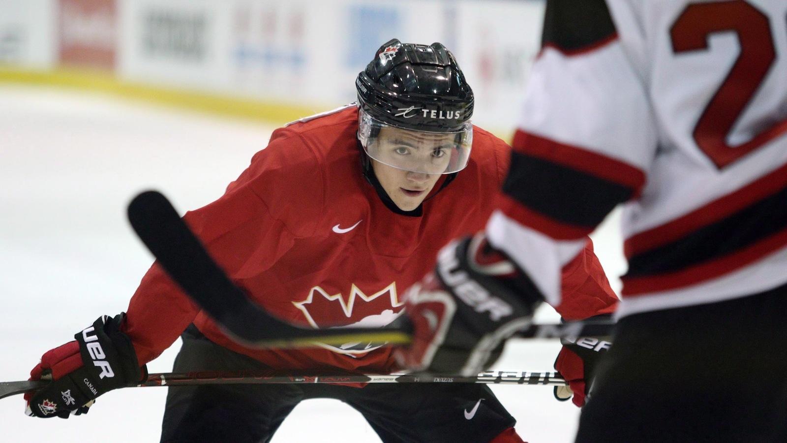 Nick Suzuki dans l'uniforme du Canada au Championnat mondial junior