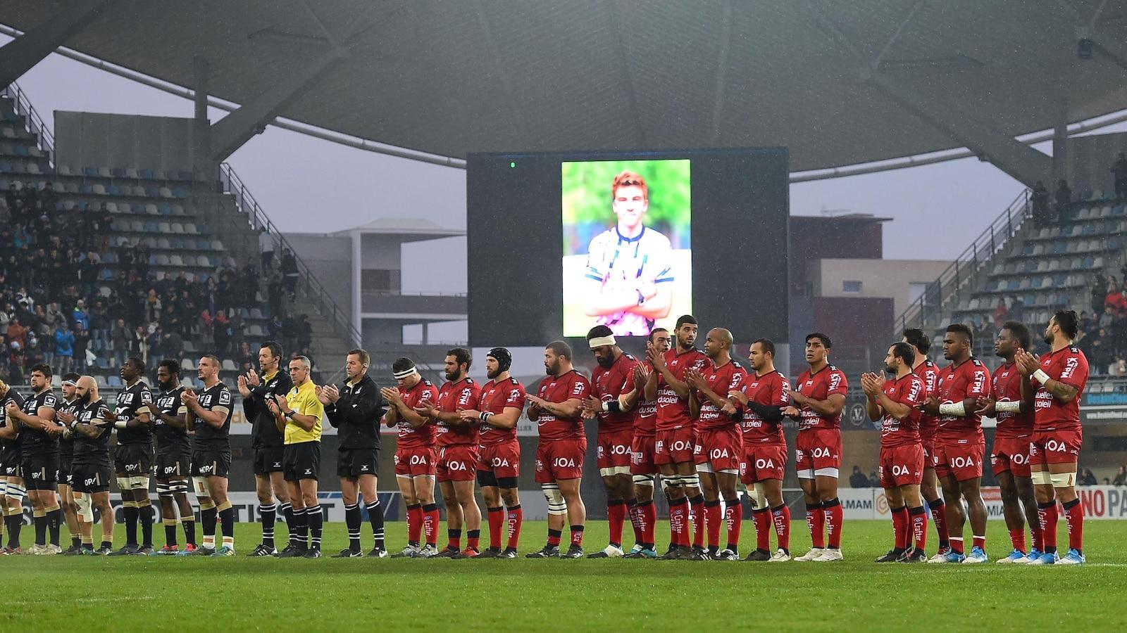 Les équipes françaises de Montpellier et Toulon lors d'un hommage à Nicolas Chauvin, jeune joueur de rugby décédé le 12 décembre 2018.