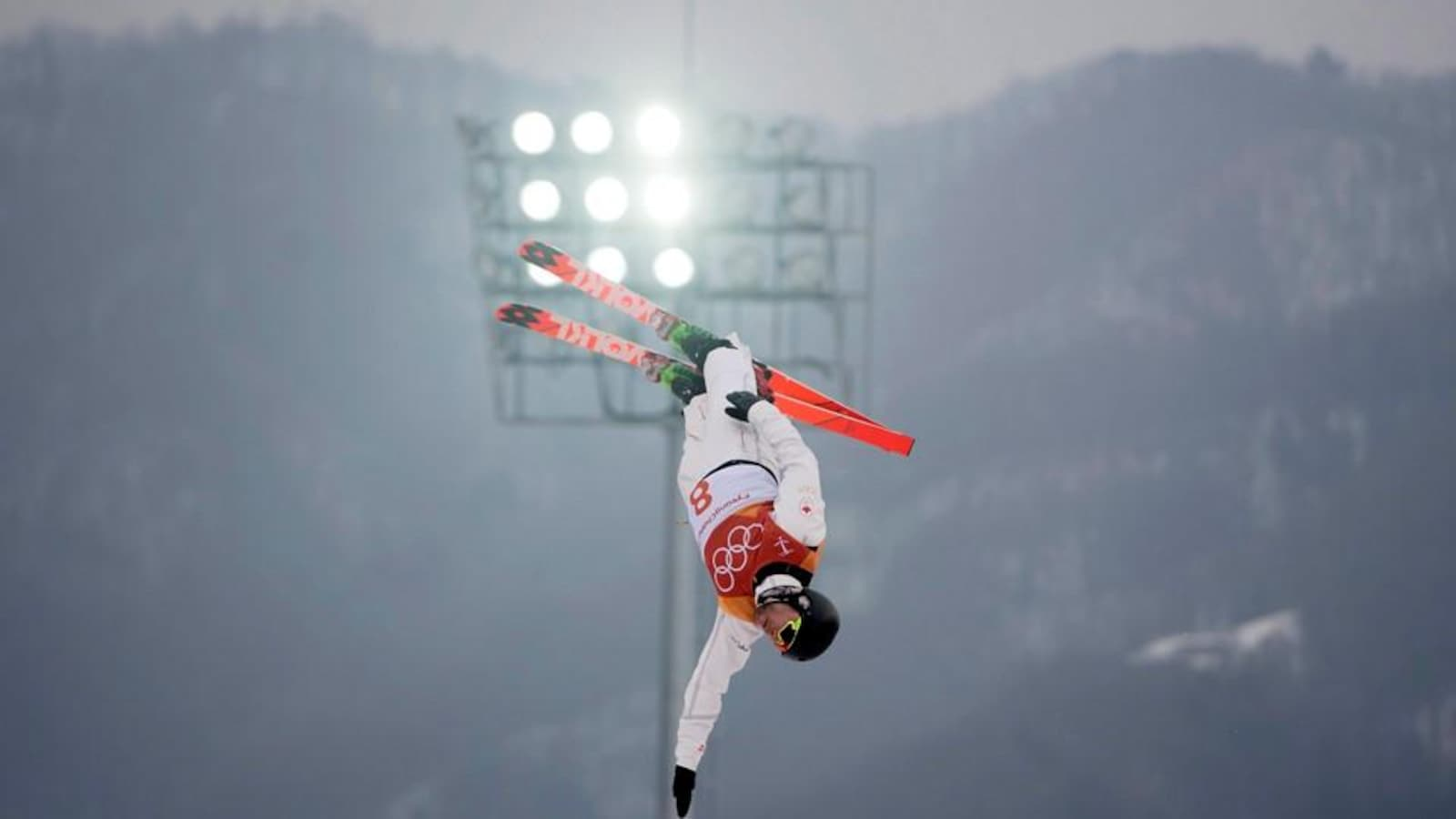 Olivier Rochon fait un saut à ski.