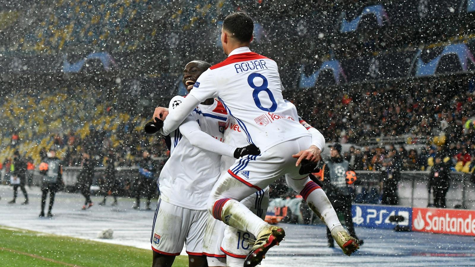 Les joueurs de l'Olympique Lyonnais célèbrent un but contre le club de Shakhtar Donetsk en Ligue des champions.