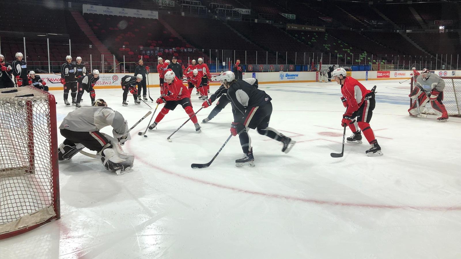 Des joueurs s'affrontent sur une plus petite glace lors d'un entraînement de hockey