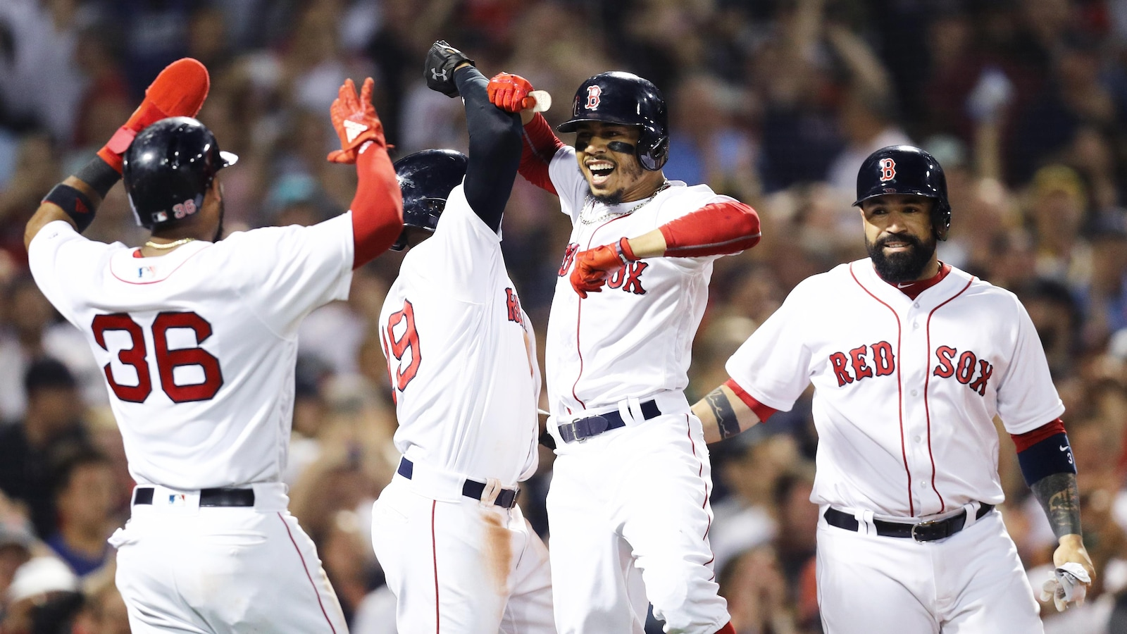 Les Red Sox célèbrent le grand chelem de Mookie Betts contre les Blue Jays.