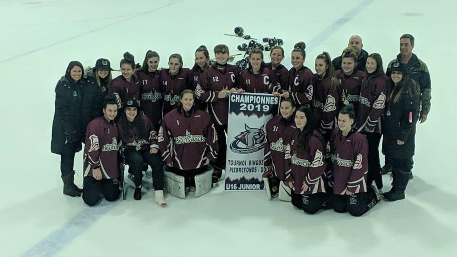 L'équipe de ringuette U16 du Nouveau-Brunswick remporte un tournoi à Montréal et se prépare pour le championnat national.