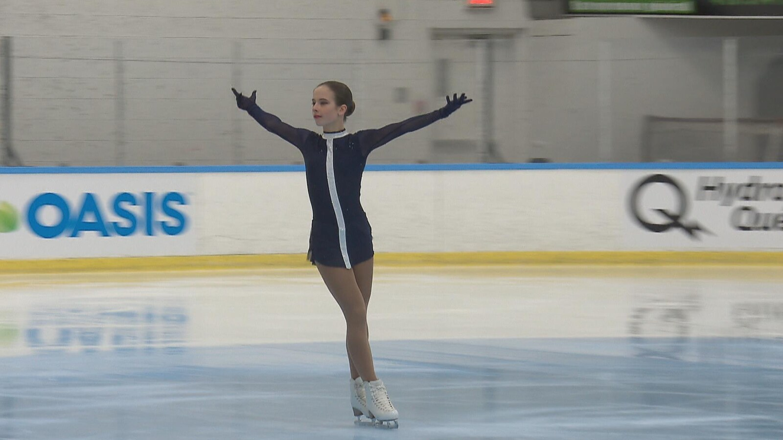 Rose en pleine prestation sur la glace les bras ouverts