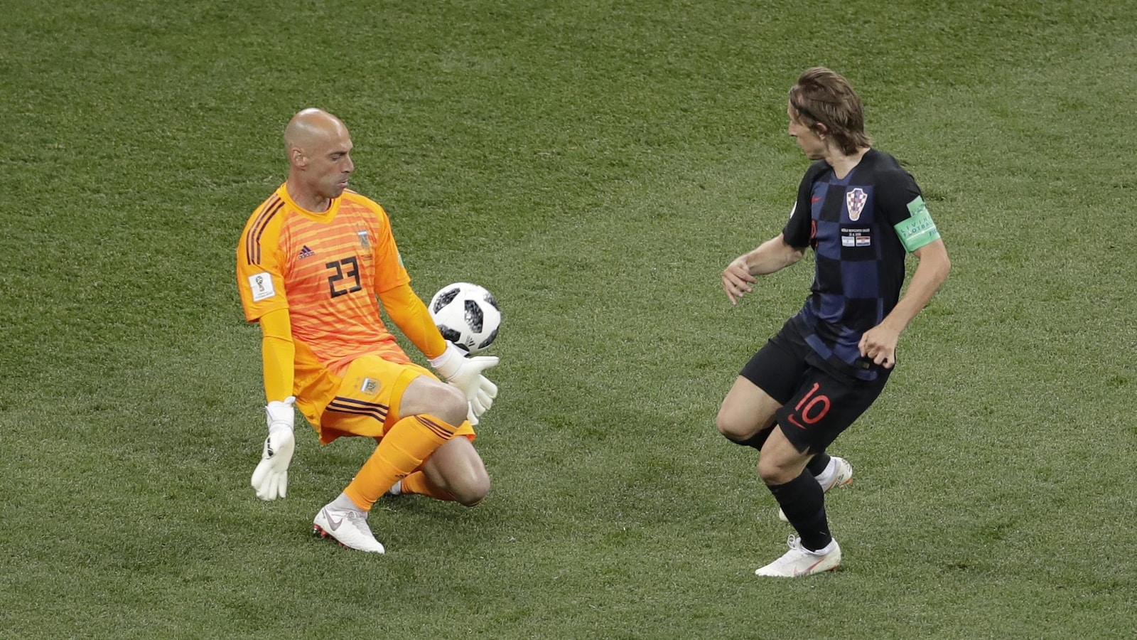 Le gardien argentin Willy Caballero (à gauche) réalise un arrêt contre le Croate Luka Modric.