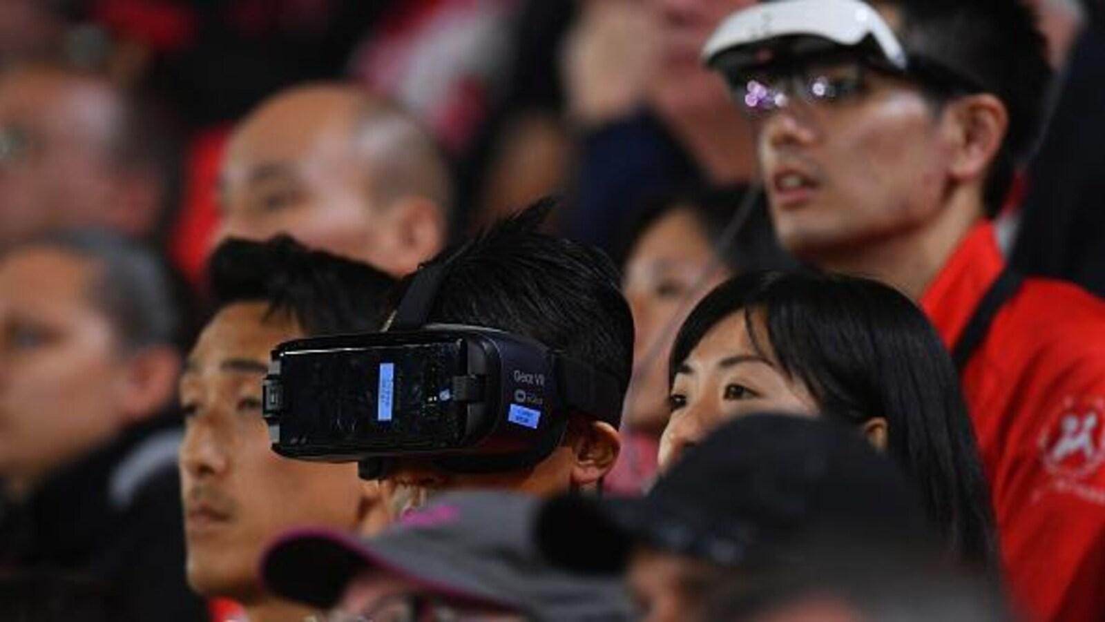 Ils portent des lunettes de réalité virtuelles.