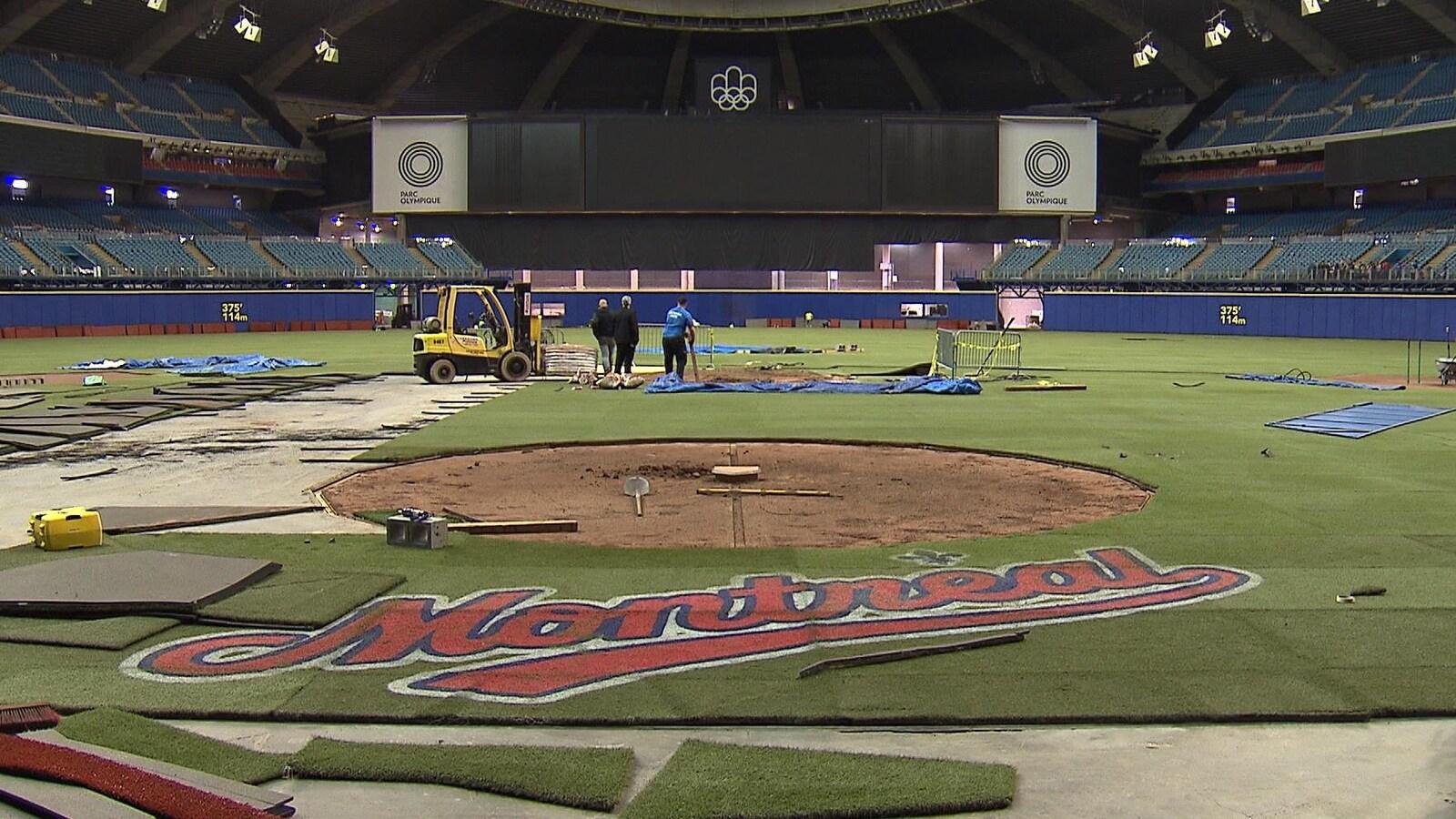 Les employés du stade olympique s'affairaient déjà, la semaine dernière, à la préparation du terrain pour le baseball.