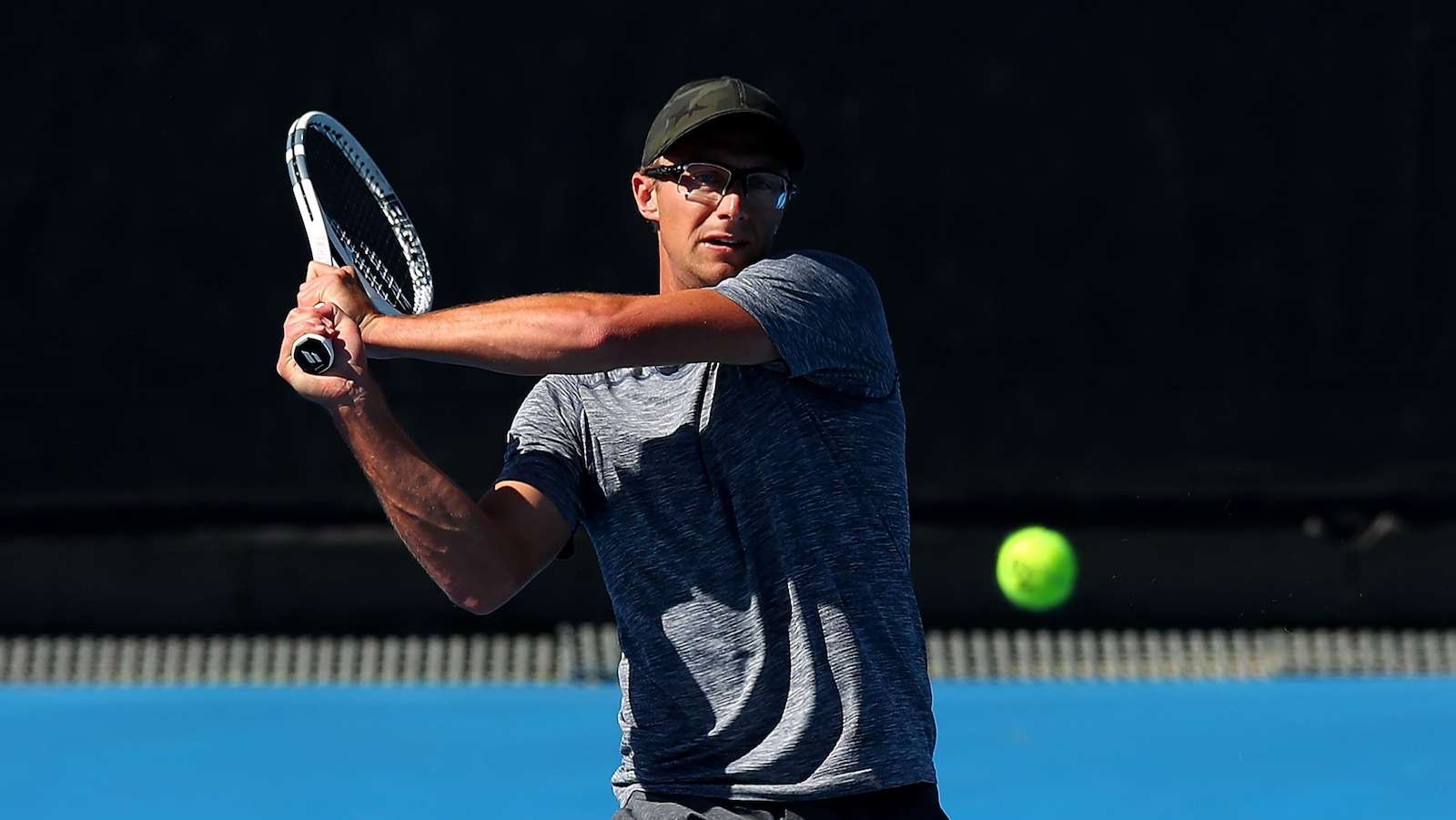 Le Canadien Peter Polansky renvoie la balle du revers à l'Australien Thanasi Kokkinakis en qualifications des Internationaux d'Australie.