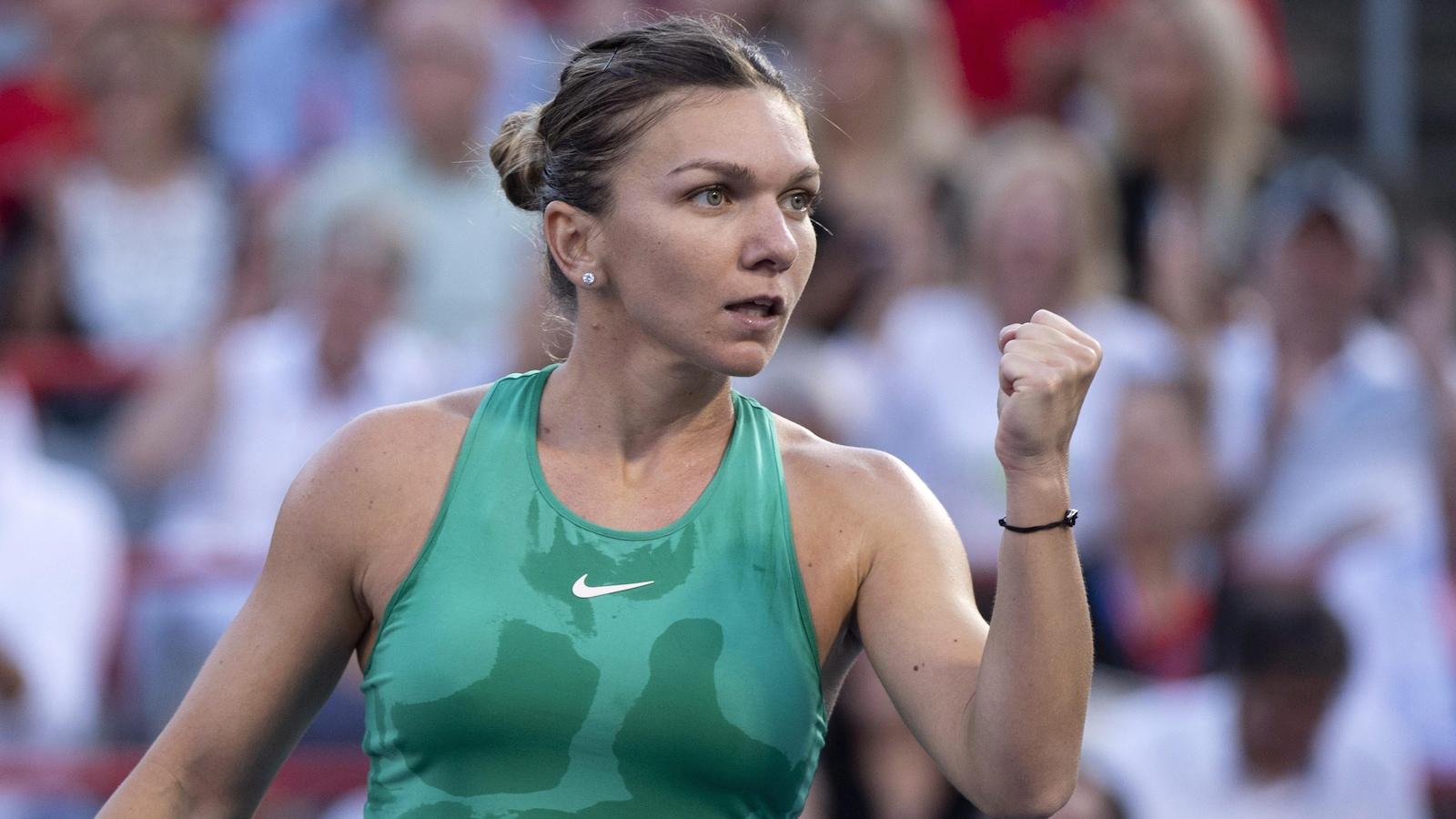 Simona Halep célèbre un point gagné contre Caroline Garcia.