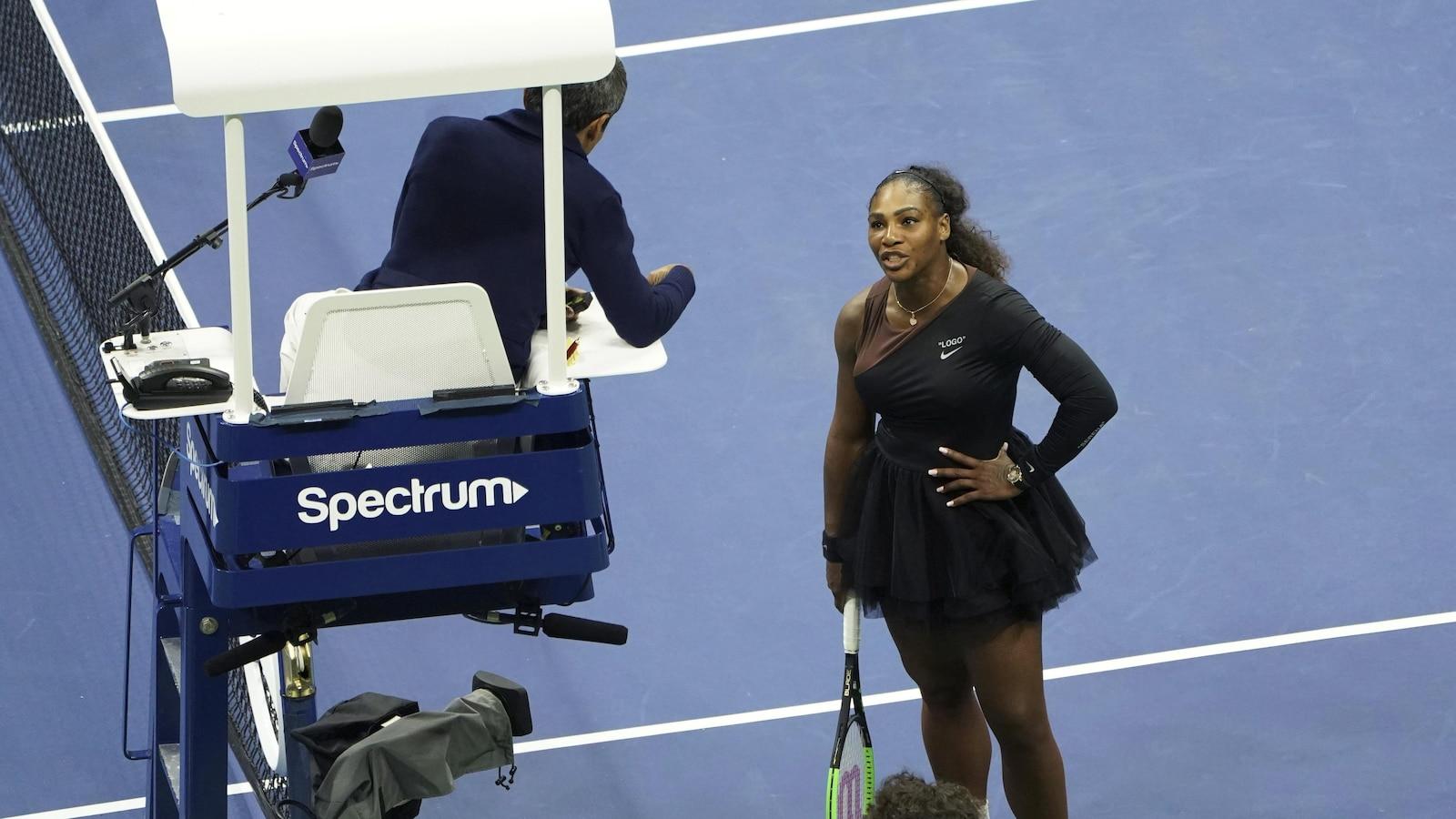 Serena Williams en discussion avec l'arbitre au cours de son match de finale des Internationaux des États-Unis contre Naomi Osaka