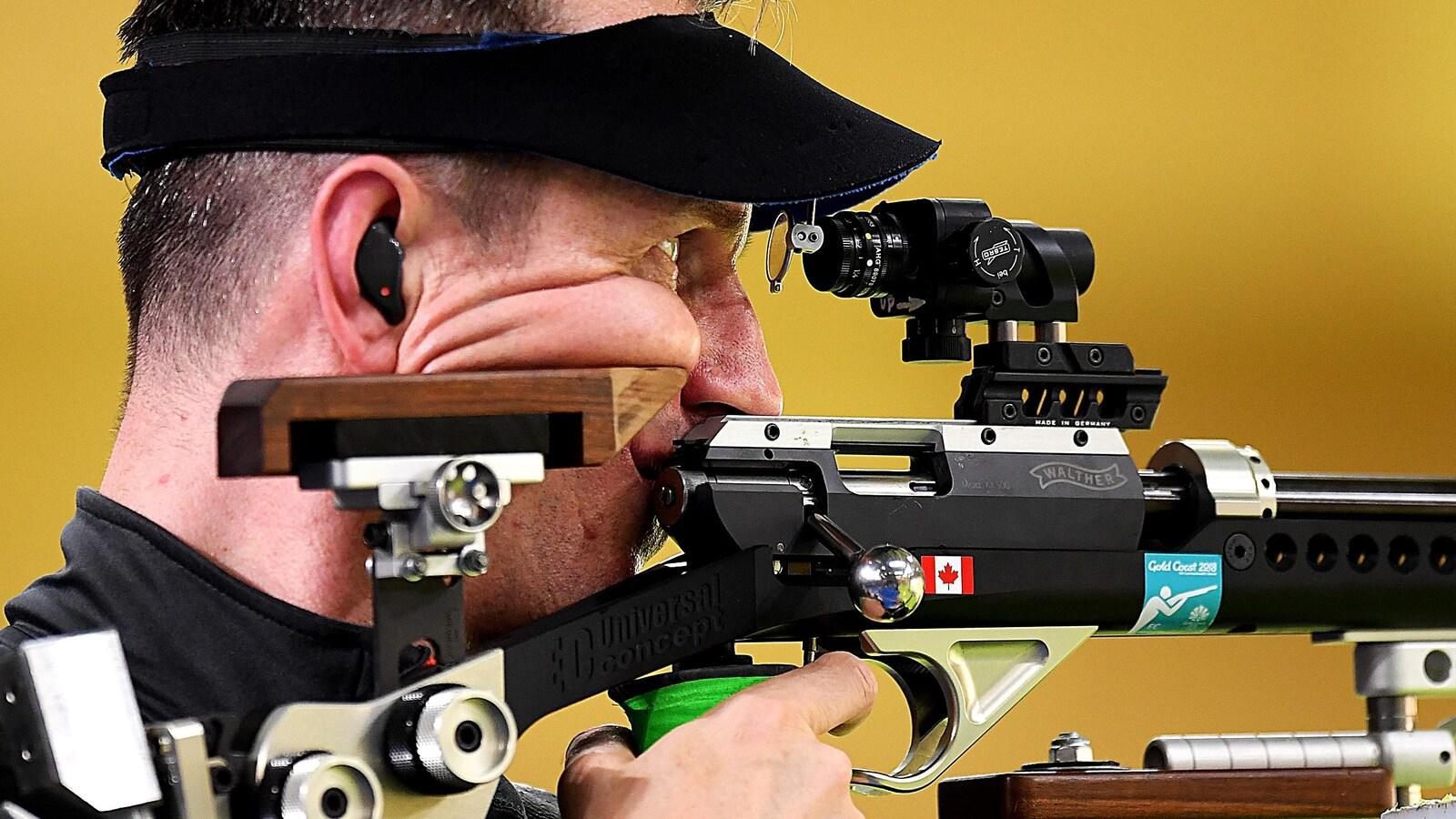 Le Canadien Grzegorz Sych vise sa cible pendant le concours de tir à la carabine 3 positions des Jeux du Commonwealth